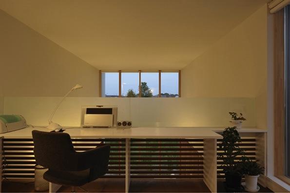 『太陽と風の門』光と風と景色をとりこむシンプルモダン住宅の写真 開放的なワークスペース