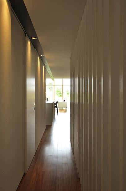 『太陽と風の門』光と風と景色をとりこむシンプルモダン住宅の部屋 廊下よりLDKを見る