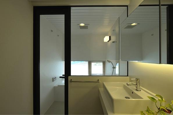 『太陽と風の門』光と風と景色をとりこむシンプルモダン住宅 (シンプルモダンな洗面・浴室)