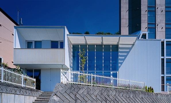 『太陽と風が通る家』光・風・家族の気配が身近に感じられる住宅の部屋 スタイリッシュな外観