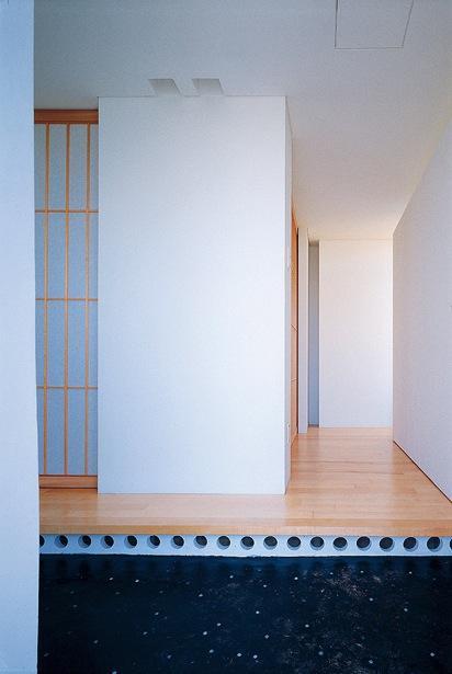 『太陽と風が通る家』光・風・家族の気配が身近に感じられる住宅の部屋 明るい玄関土間