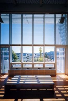 『太陽と風が通る家』光・風・家族の気配が身近に感じられる住宅 (ルーバーの優しい影が落ちるリビング)