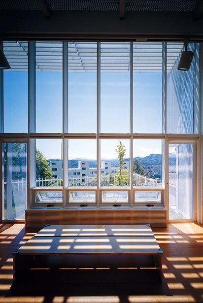 『太陽と風が通る家』光・風・家族の気配が身近に感じられる住宅の部屋 ルーバーの優しい影が落ちるリビング