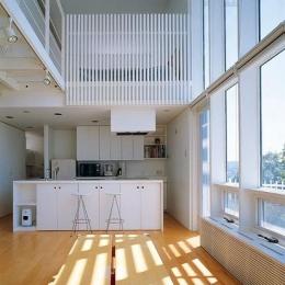 リビングよりキッチンを見る (『太陽と風が通る家』光・風・家族の気配が身近に感じられる住宅)