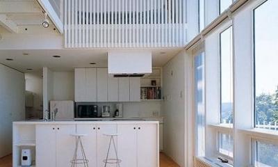 『太陽と風が通る家』光・風・家族の気配が身近に感じられる住宅 (リビングよりキッチンを見る)