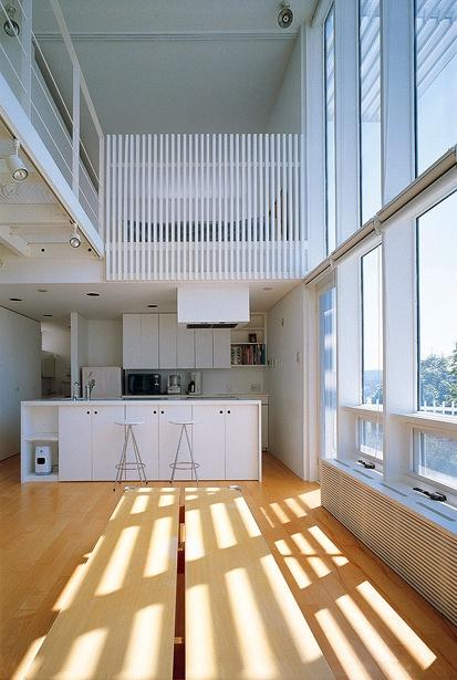『太陽と風が通る家』光・風・家族の気配が身近に感じられる住宅の部屋 リビングよりキッチンを見る