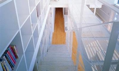 『太陽と風が通る家』光・風・家族の気配が身近に感じられる住宅 (階段・壁一面の本棚)