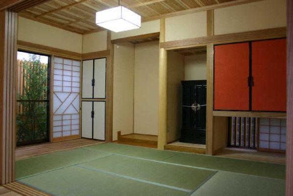 YG邸・木の温もりを感じる和風住宅の部屋 吊り収納が目を惹く和室
