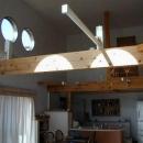 丸窓より光の差し込むLDK