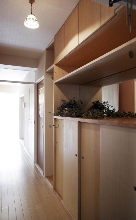 『人とモノの小さな居場所』小さな空間を緩やかにつなぐマンションリノベ (廊下・玄関収納)