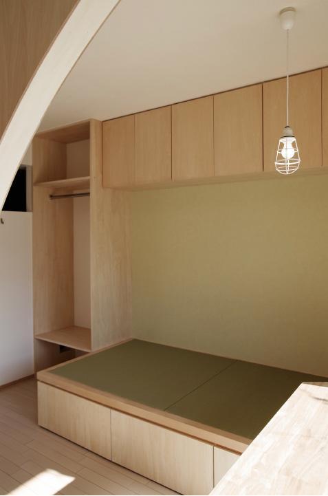 『人とモノの小さな居場所』小さな空間を緩やかにつなぐマンションリノベの部屋 長男のスペース-効率の良い収納