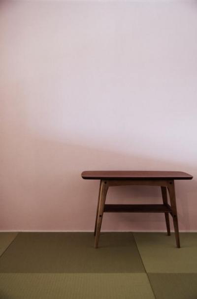 桃色の壁の畳コーナー (『人とモノの小さな居場所』小さな空間を緩やかにつなぐマンションリノベ)