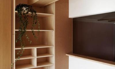 『人とモノの小さな居場所』小さな空間を緩やかにつなぐマンションリノベ (ダイニング周りに設けた収納コーナー)