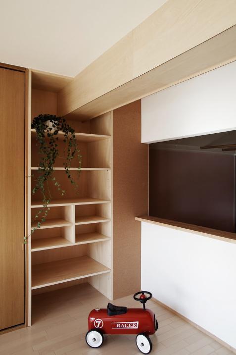 『人とモノの小さな居場所』小さな空間を緩やかにつなぐマンションリノベの部屋 ダイニング周りに設けた収納コーナー