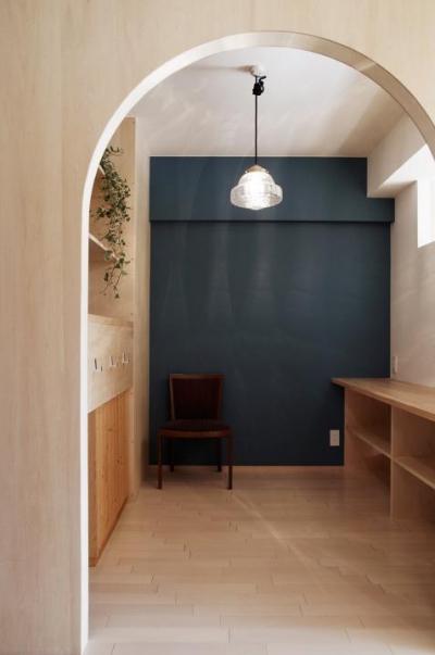 『人とモノの小さな居場所』小さな空間を緩やかにつなぐマンションリノベ (キッチンとつながるワークコーナー)