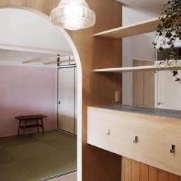 『人とモノの小さな居場所』小さな空間を緩やかにつなぐマンションリノベ-ワークコーナーより畳コーナーを見る