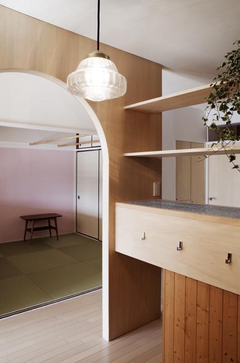 『人とモノの小さな居場所』小さな空間を緩やかにつなぐマンションリノベの部屋 ワークコーナーより畳コーナーを見る