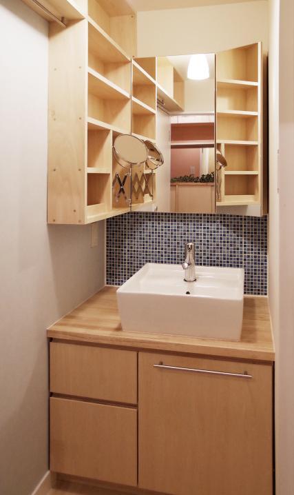 『人とモノの小さな居場所』小さな空間を緩やかにつなぐマンションリノベの部屋 ブルータイルがアクセントの洗面コーナー
