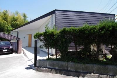 伸びやかな平屋住宅外観 (『稜線の家』様々な風景と居場所を生み出す平屋住宅)