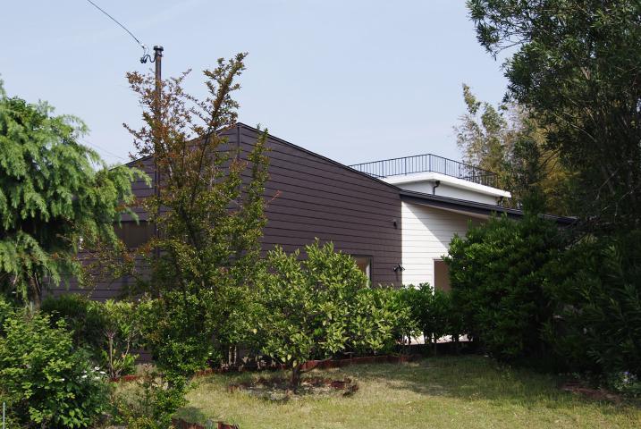 『稜線の家』様々な風景と居場所を生み出す平屋住宅の部屋 外観-庭側