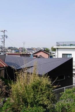 『稜線の家』様々な風景と居場所を生み出す平屋住宅 (ねじれつつ連続する屋根)