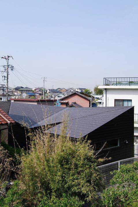 『稜線の家』様々な風景と居場所を生み出す平屋住宅の部屋 ねじれつつ連続する屋根