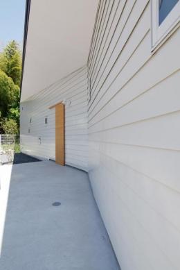 『稜線の家』様々な風景と居場所を生み出す平屋住宅 (大らかな軒のかかったアプローチ)
