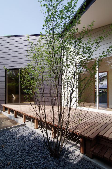 『稜線の家』様々な風景と居場所を生み出す平屋住宅の部屋 心地よいデッキテラス