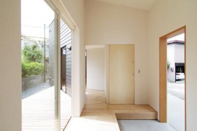 『稜線の家』様々な風景と居場所を生み出す平屋住宅 (開放的な玄関ホール-1)