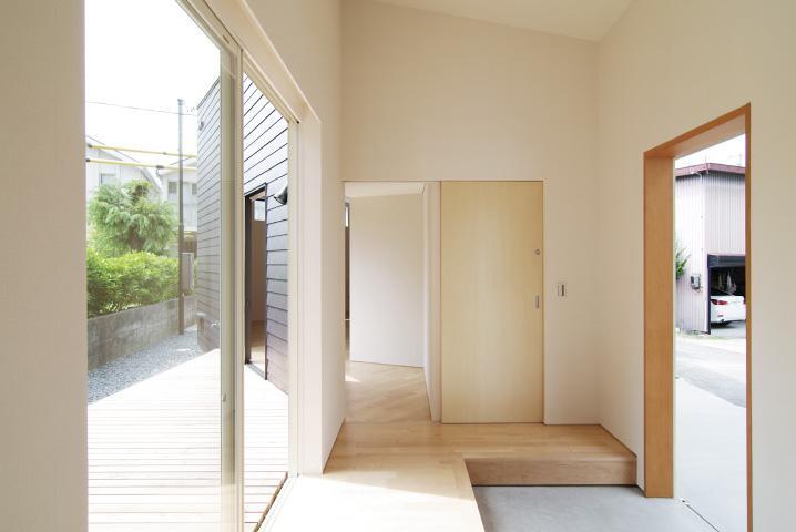 『稜線の家』様々な風景と居場所を生み出す平屋住宅の部屋 開放的な玄関ホール-1