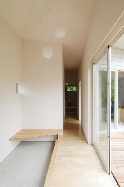 『稜線の家』様々な風景と居場所を生み出す平屋住宅 (開放的な玄関ホール-2)