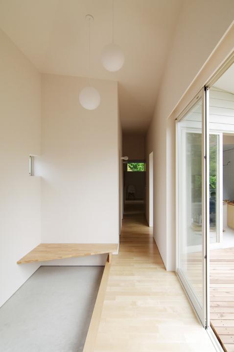 『稜線の家』様々な風景と居場所を生み出す平屋住宅の部屋 開放的な玄関ホール-2