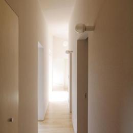 『稜線の家』様々な風景と居場所を生み出す平屋住宅 (明るい廊下)