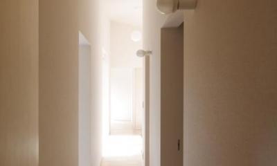 明るい廊下|『稜線の家』様々な風景と居場所を生み出す平屋住宅