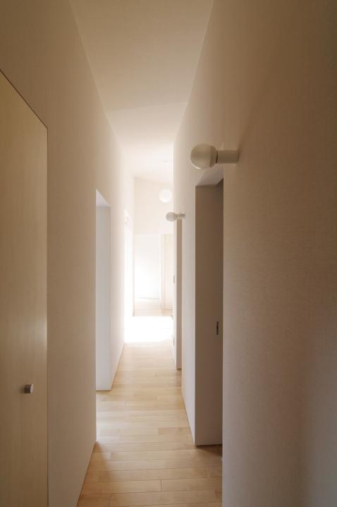 『稜線の家』様々な風景と居場所を生み出す平屋住宅の部屋 明るい廊下