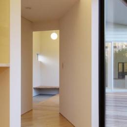 『稜線の家』様々な風景と居場所を生み出す平屋住宅 (LDKより玄関を見る)
