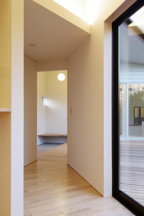 『稜線の家』様々な風景と居場所を生み出す平屋住宅の部屋 LDKより玄関を見る