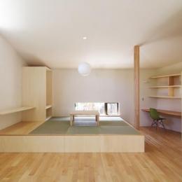 畳コーナーのあるナチュラルなLDK (『稜線の家』様々な風景と居場所を生み出す平屋住宅)