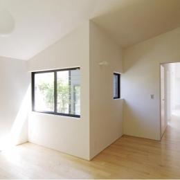 ライトコートより光の差し込む寝室-1 (『稜線の家』様々な風景と居場所を生み出す平屋住宅)