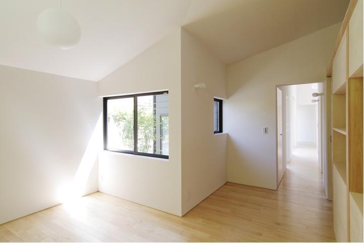 『稜線の家』様々な風景と居場所を生み出す平屋住宅の部屋 ライトコートより光の差し込む寝室-1
