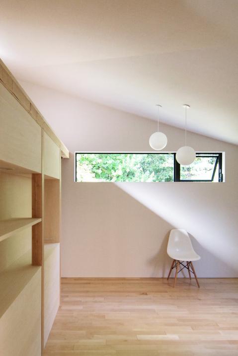 『稜線の家』様々な風景と居場所を生み出す平屋住宅の部屋 ライトコートより光の差し込む寝室-2