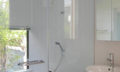ガラス張りの浴室・洗面室|『稜線の家』様々な風景と居場所を生み出す平屋住宅