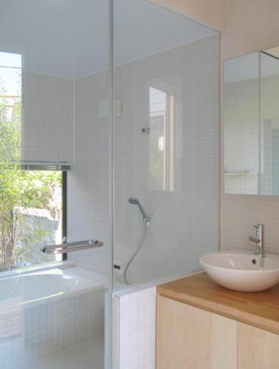 『稜線の家』様々な風景と居場所を生み出す平屋住宅 (ガラス張りの浴室・洗面室)