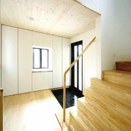 I邸・広がりのある心地よい住まいにリノベーション (明るく開放的な玄関ホール)