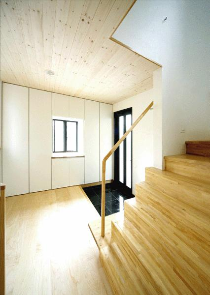 I邸・広がりのある心地よい住まいにリノベーションの写真 明るく開放的な玄関ホール