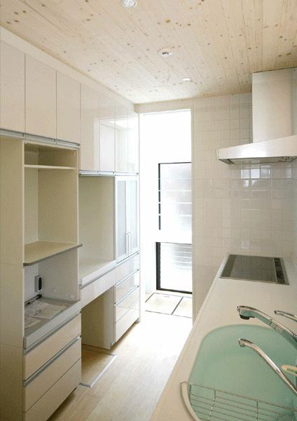 I邸・広がりのある心地よい住まいにリノベーションの写真 白基調の明るいキッチン