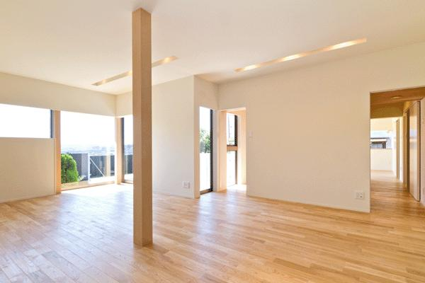 K邸・眺望を楽しむ家、耐震補強リノベーションの部屋 明るいリビング
