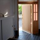 光を取り込む玄関