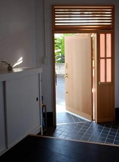 光を取り込む玄関 (『上足洗の家』豊かな住まい、居心地の良い住まいへリノベーション)