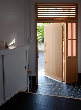 『上足洗の家』豊かな住まい、居心地の良い住まいへリノベーションの部屋 光を取り込む玄関